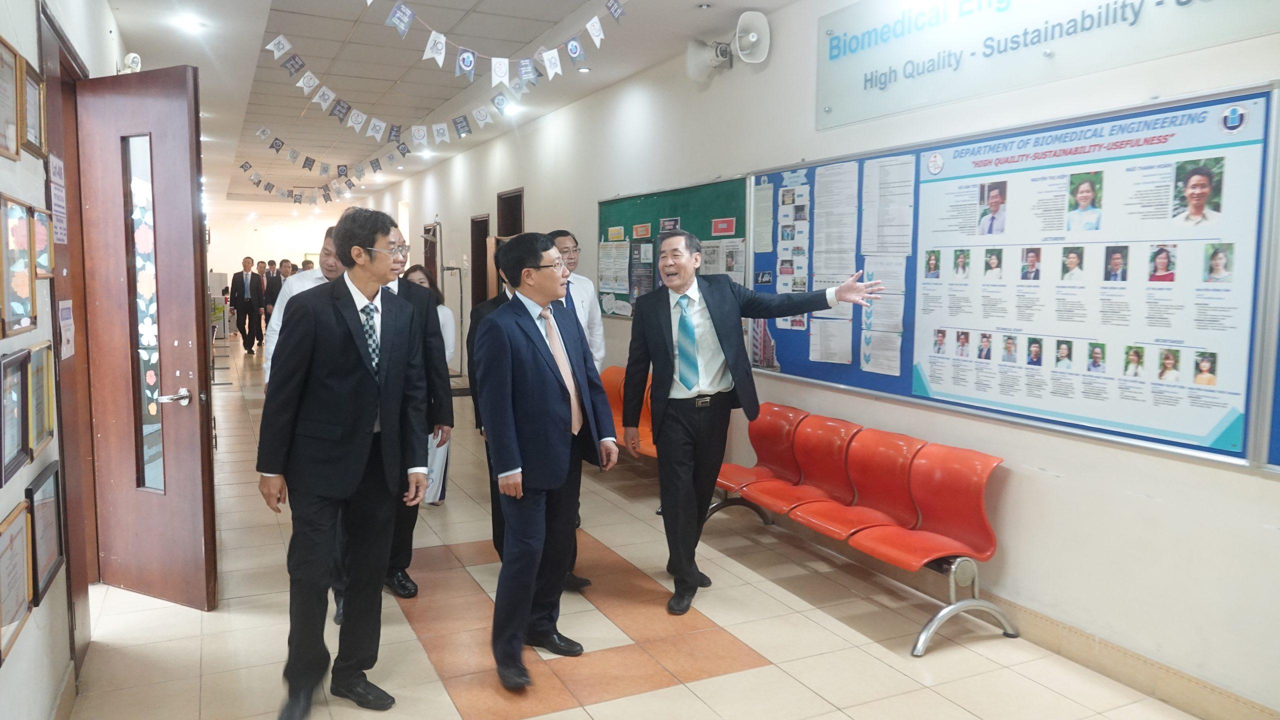 GS.TS Võ Văn Tới giới thiệu với Phó Thủ tướng Phạm Bình Minh về giảng viên và cán bộ của Khoa KTYS