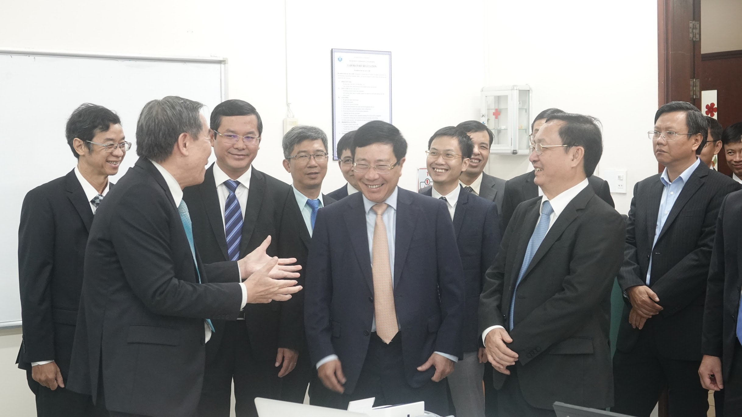 Phó Thủ tướng Phạm Bình Minh và đoàn đại biểu rất ấn tượng khi nghe GS.TS Võ Văn Tới giới thiệu về máy Viễn Áp và hệ thống Viễn Y (telemedicine) của Khoa KTYS