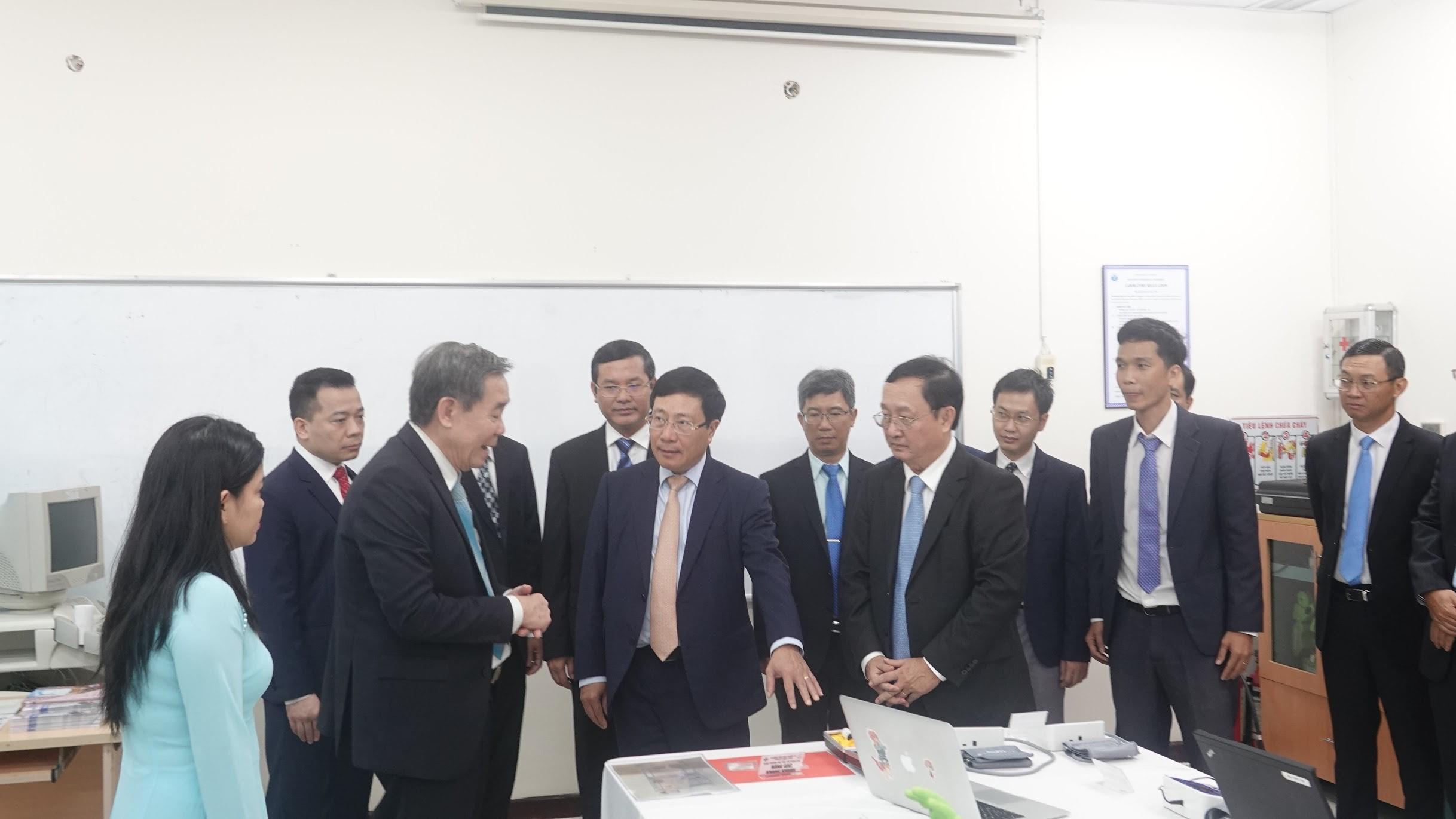 Phó Thủ tướng Phạm Bình Minh quan tâm đến sản phẩm Băng gạc kháng khuẩn và Keo sinh học của Khoa KTYS