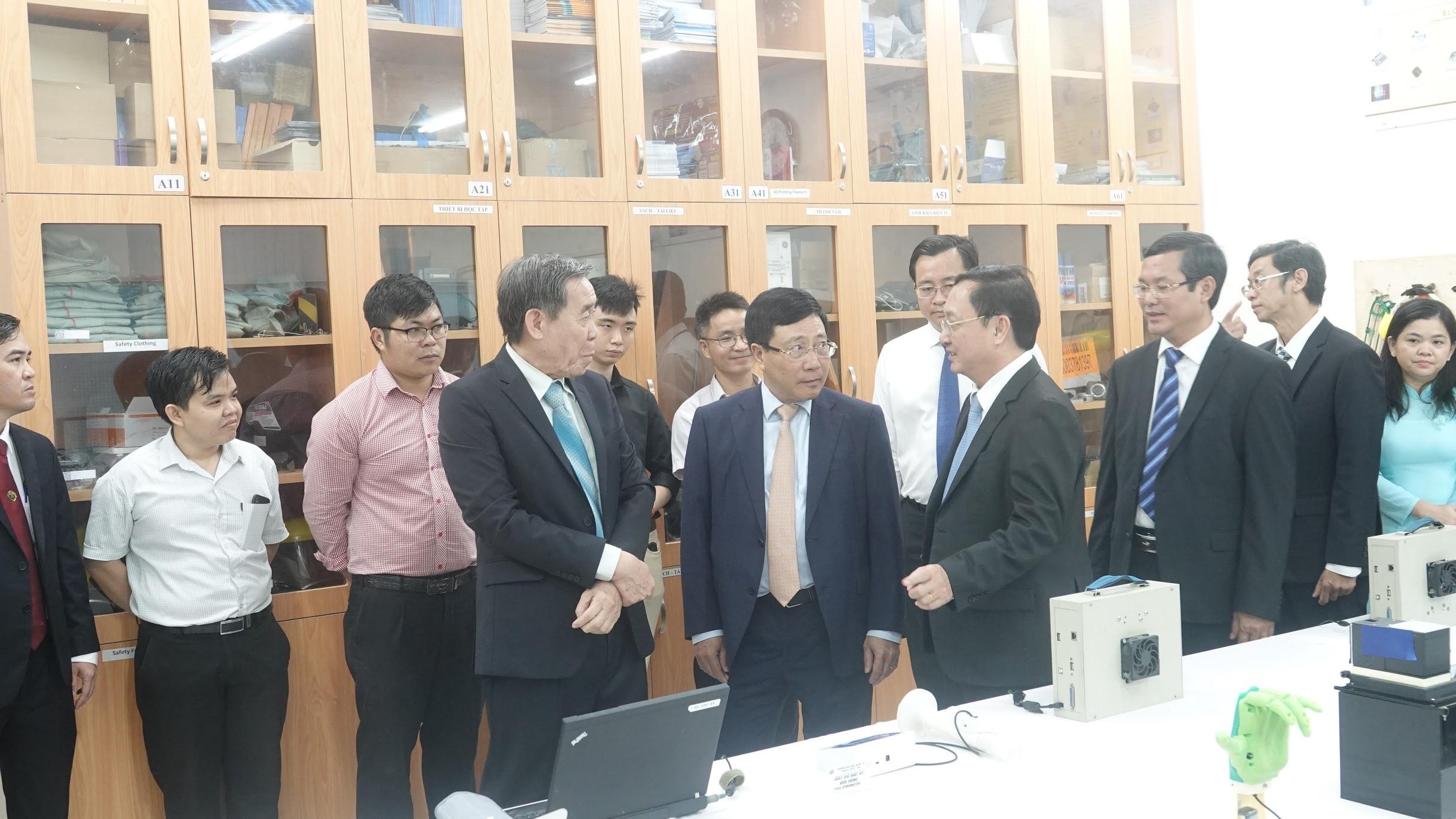 Phó Thủ tướng Phạm Bình Minh và PGS. TS. Huỳnh Thành Đạt trao đổi về phương cách chuyển giao công nghệ để vượt qua những khó khăn của cơ chế hiện tại hầu nhanh chóng đưa các sản phẩm của Khoa KTYS vào thị trường